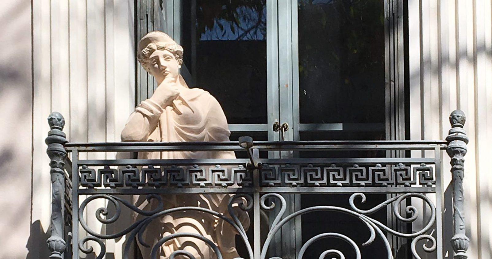 משקיעה בנכס יווני